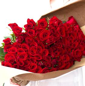 プロポーズの100本のバラの花束
